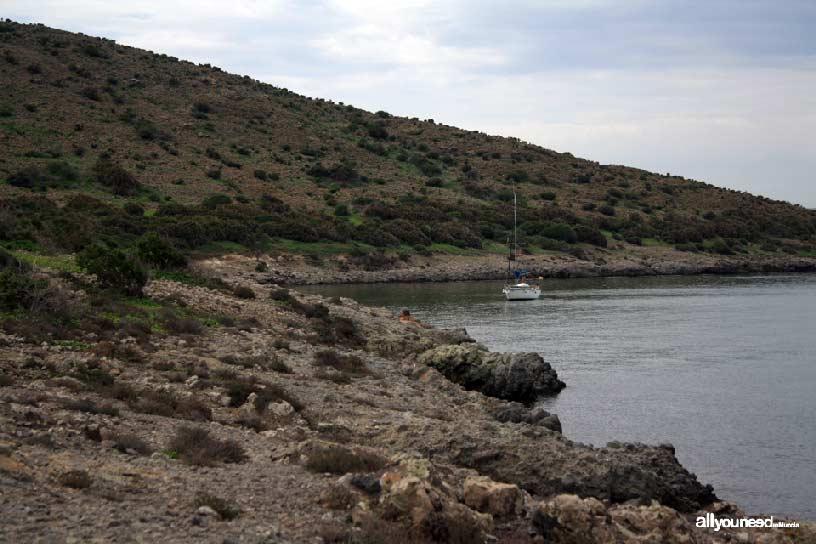 Isla del Ciervo en el Mar Menor. Barco anclado