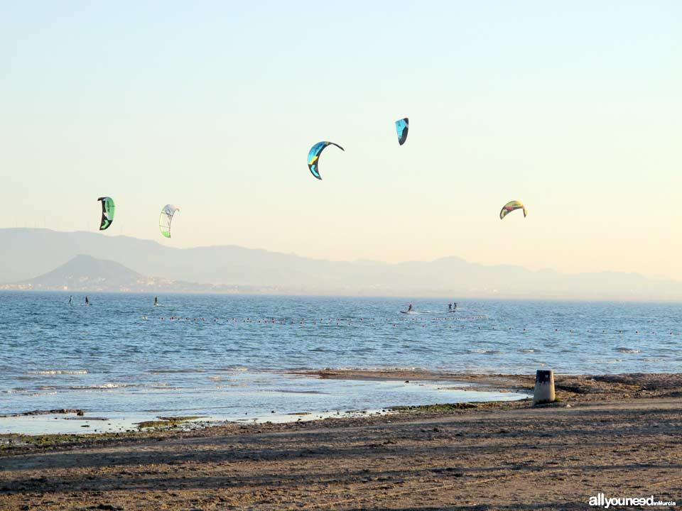 Turismo Activo y de Aventura en Murcia. Kitesurf en la playa de las Salina. Los Alcázares. Mar Menor
