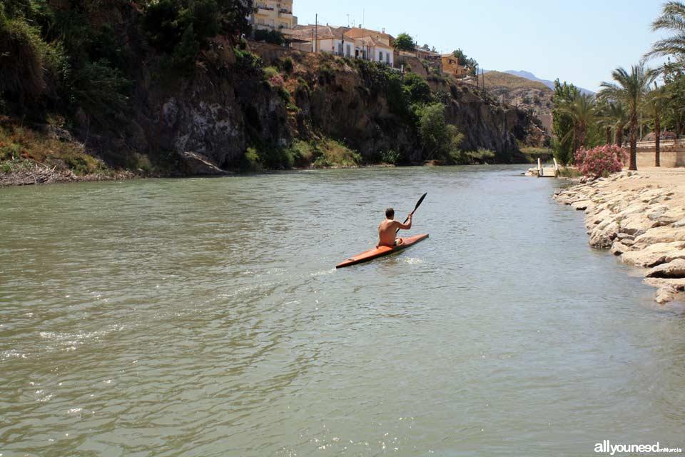 Piraguista en el río de Blanca