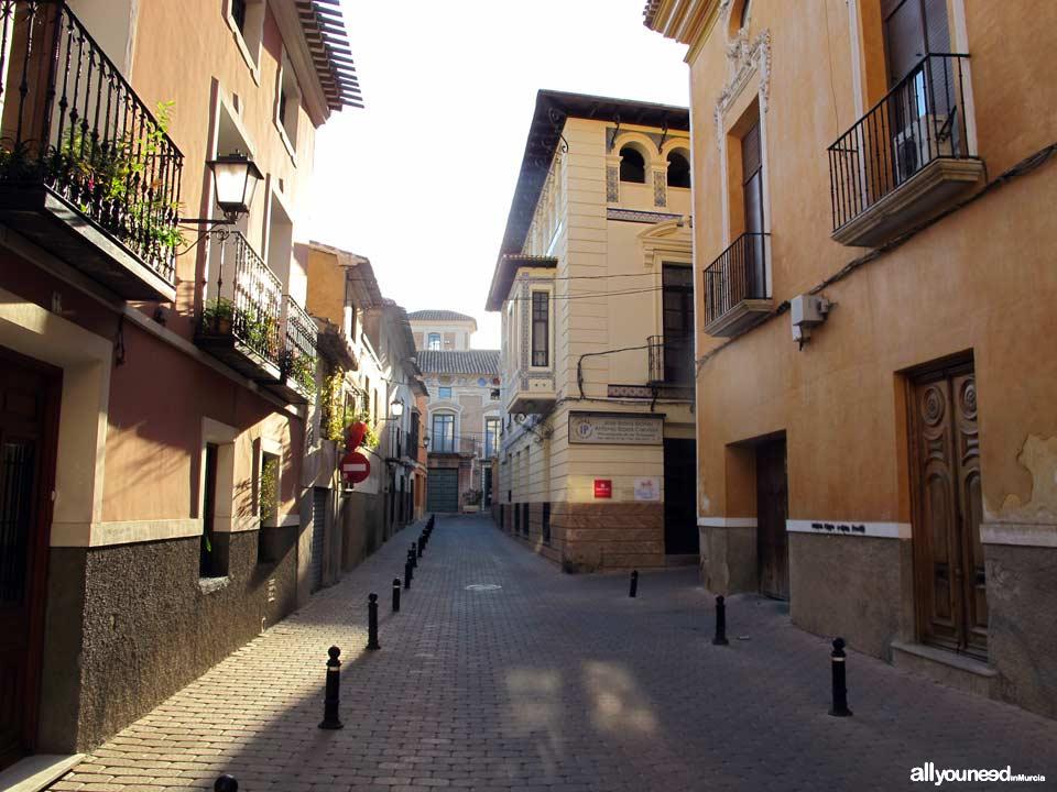 Calle Valmarino. Al fondo Museo del Cigarralejo de Mula